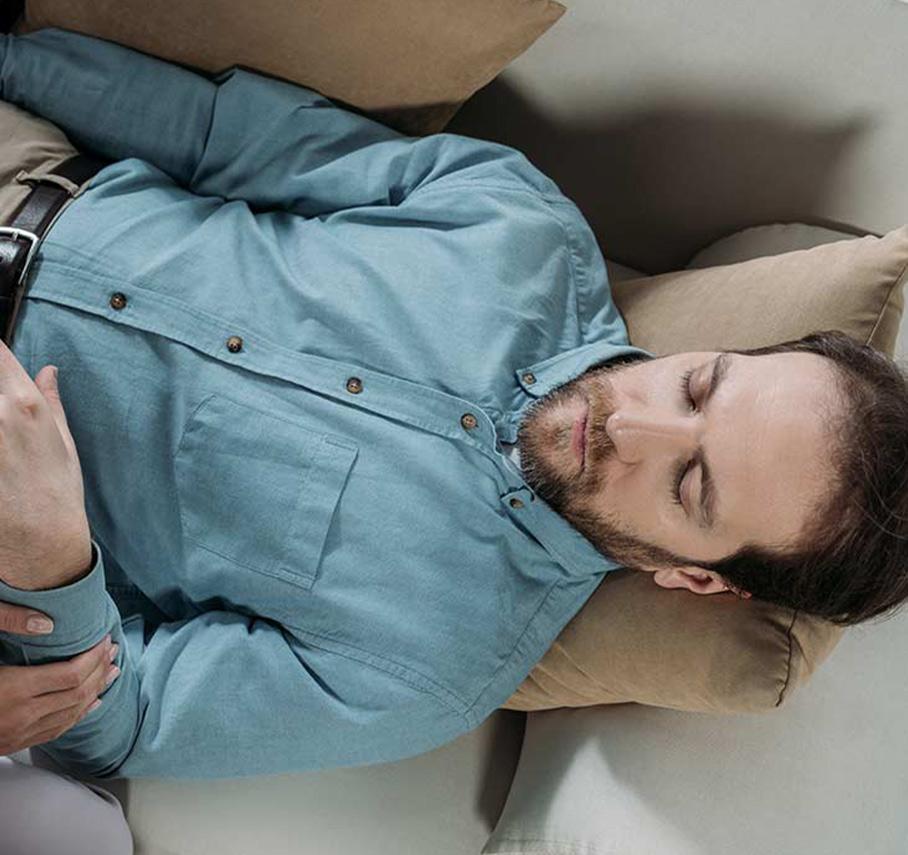 Homme allongé sur un canapé qui fait de l'hypnose