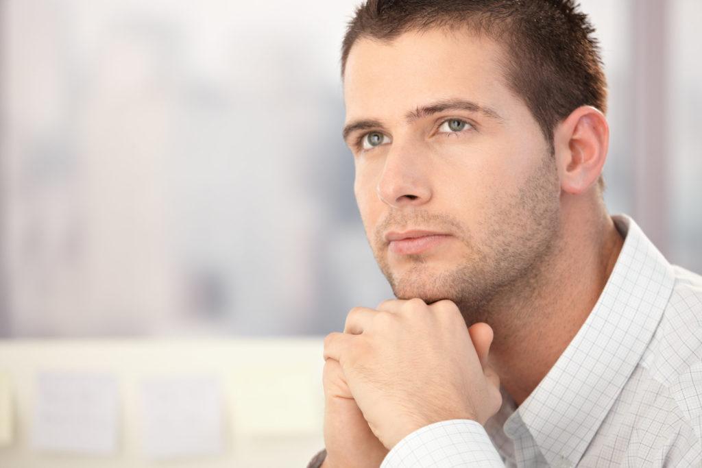 Homme clairvoyant ayant eu une vision grâce à son intuition et sa perception extrasensorielle